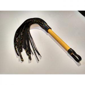 Flogger artesanal en piel con tiras decoradas